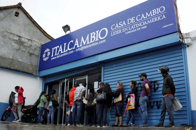 People line up outside a branch of Italcambio currency exchange in San Cristobal, Venezuela March 24, 2017.  REUTERS/Carlos Eduardo Ramirez