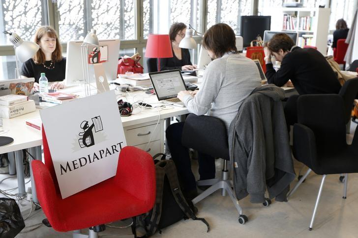 Journalists work in the newsroom at the offices of French investigative news website ''Mediapart'' in Paris April 8, 2013. REUTERS/Charles Platiau/Files