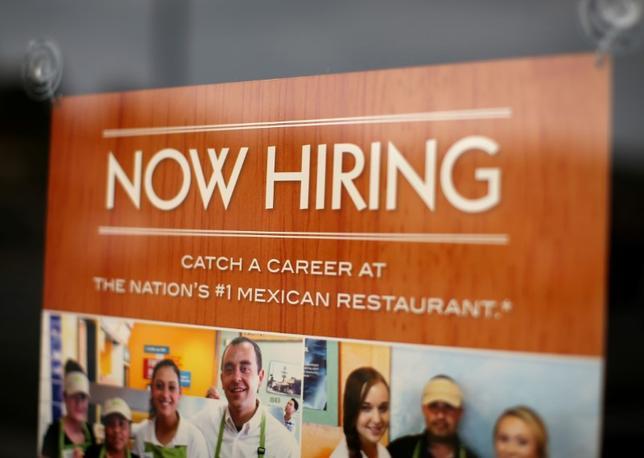 4月7日、3月の米雇用統計は非農業部門雇用者数が9万8000人増で、昨年5月以来の小幅な伸びとなった。写真はカリフォルニア州のレストラン求人広告。昨年9月撮影(2017年 ロイター/Mike Blake/File Photo)