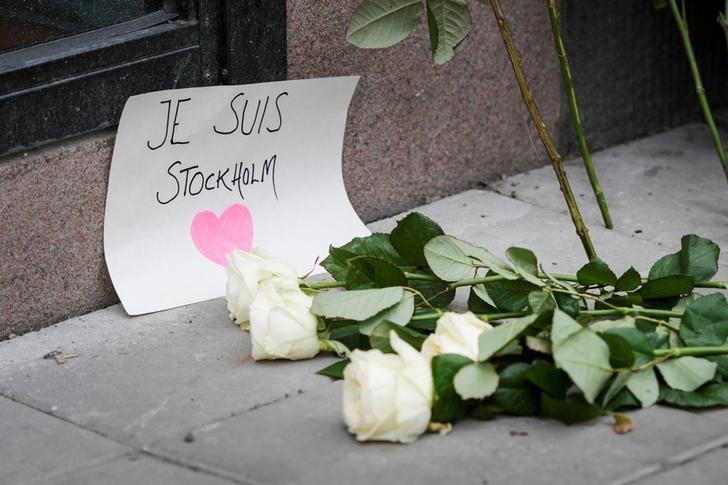 STOCKHOLM 2017-04-08 Flowers and a note ''Je suis Stockholm'' near the crime scene in central Stockholm the morning after a hijacked beer truck plowed into pedestrians on Drottninggatan and crashed into Ahlens department store on Friday, killing four people, injuring 15 others. TT News Agency/Anders Wiklund/via REUTERS