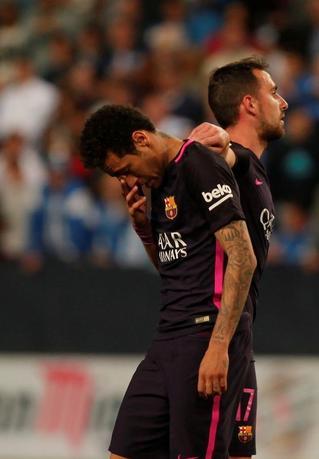 4月8日、サッカーのスペイン1部、バルセロナは敵地でマラガに0─2で敗戦。FWネイマール(左)が後半20分に2枚目のイエローカードを受けて退場処分に(2017年 ロイター/Jon Nazca)