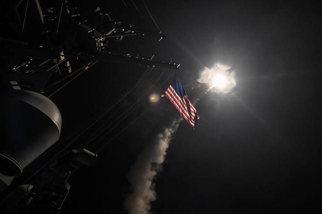 4月8日、北朝鮮の外務省報道官は、米軍によるシリア空軍基地へのミサイル攻撃(写真)は主権国家に対する「許されない侵略行為」と非難した。7日撮影。提供写真(2017年 ロイターFord Williams/Courtesy U.S. Navy/Handout via REUTERS)
