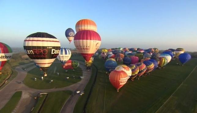 4月7日、数多くの気球が共に英仏海峡を越えてフランスに到達するギネス記録の更新を目指し、英国沿岸から色とりどりの気球が飛び立った。Core News提供(2017年 ロイター)