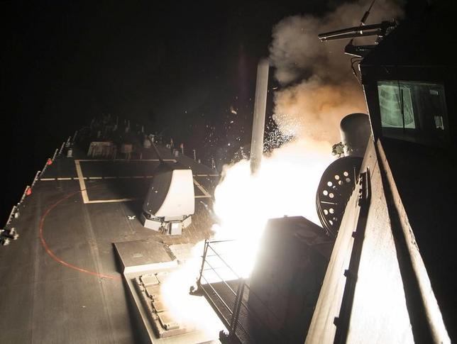 4月7日、米国がシリアにミサイル攻撃を行ったことで、原油価格は急伸したが、市場の反応は行き過ぎのように見える。写真は、地中海でミサイルを発射する米海軍誘導ミサイル駆逐艦。提供写真(2017年 ロイター/Robert S. Price/Courtesy U.S. Navy/Handout via REUTERS)