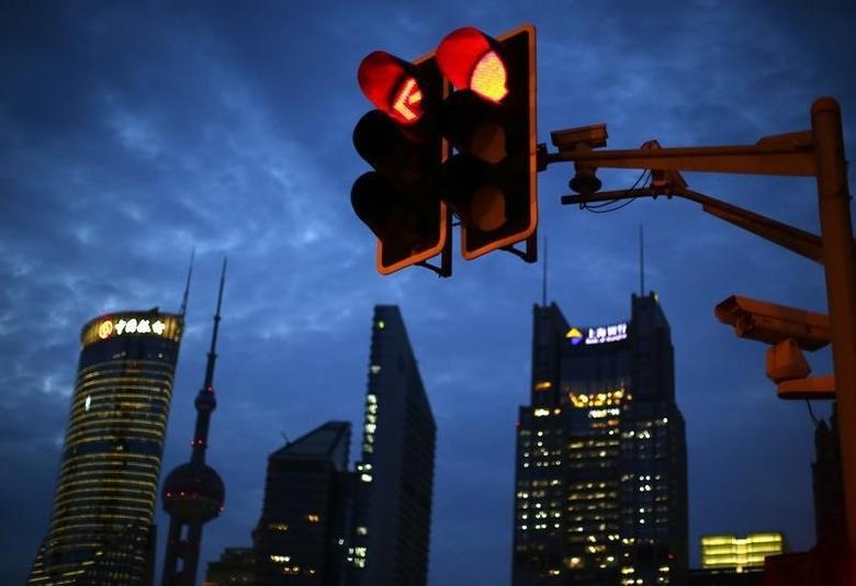 资料图片:2014年8月,上海浦东陆家嘴金融区的一处交通信号灯。REUTERS/Carlos Barria