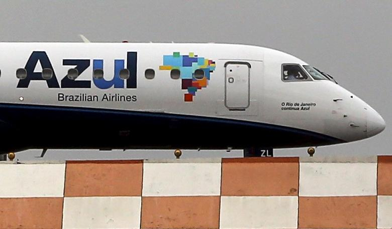 An Azul aircraft prepares for departure at Congonhas airport in Sao Paulo, Brazil, November 24, 2015. China's HNA Group on Tuesday said it would buy a 23.7 percent stake in Azul Brazilian Airlines for $450 million in its first foray into Latin America and will become the largest shareholder in Azul, Brazil's third largest airline, and aims to benefit from substantial passenger traffic between China and Brazil. REUTERS/Paulo Whitaker - RTX1VMJX