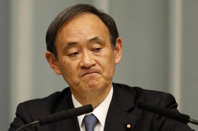 4月11日、菅義偉官房長官はの閣議後会見で、北朝鮮問題に関する日本政府の姿勢について「対話と圧力が基本だ。従来通りのかたちで進めていきたい」と述べた。写真は都内で2015年2月撮影(2017年 ロイター/Toru Hanai)
