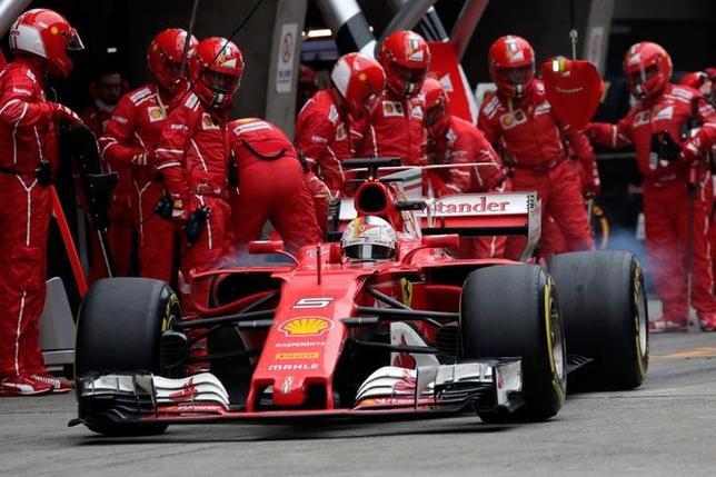 4月10日、自動車レースF1、フェラーリは今季第2戦の中国GPでセバスチャン・フェテル(写真)が2位に入り、ライバルのメルセデスに対抗できることを証明した。上海で9日撮影(2017年 ロイター/Andy Wong/Pool)