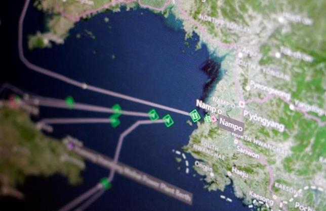 4月11日、トムソン・ロイターのデータによると、北朝鮮の貨物船複数が中国から北朝鮮の港湾都市南浦に向かっており、大半の船は最大積載状態にある。写真はトムソン・ロイターの船舶追跡スクリーン。貨物船が北朝鮮の南浦港に引き返す様子(2017年 ロイター/Thomas White)