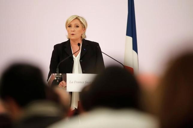 4月10日、23日に第1回投票が実施されるフランス大統領選の候補である極右政党・国民戦線(FN)のルペン党首(写真)が、第2次世界大戦時にパリで行われたユダヤ人一斉検挙について国家の責任を否定する発言をし、他の候補者やイスラエル政府から猛反発を招いている。パリで撮影(2017年 ロイター/Benoit Tessier)