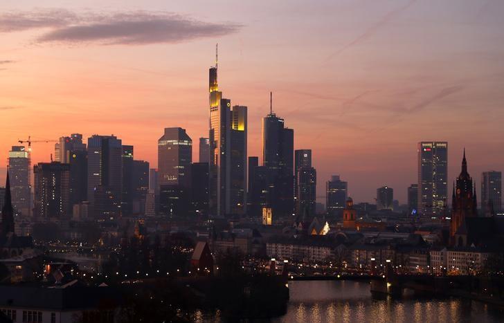 2016年12月10日,德国法兰克福,暮色中的城市天际线。REUTERS/Kai Pfaffenbach