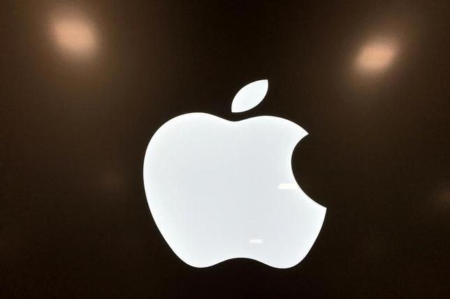 4月11日、バンクハウス・ランペのアナリストは、欧州の半導体メーカー、ダイアログ・セミコンダクターが米アップルへの供給契約を失うリスクがあると指摘した。写真はアップルのロゴ。3月撮影(2017年 ロイター/Lucy Nicholson/File Photo)