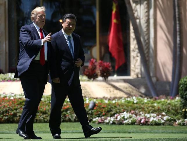 4月11日、トランプ米大統領(写真左)は、中国の習近平国家主席(右)に対し、北朝鮮問題で協力するなら、中国は対米貿易でより良い条件が得られると伝えたと明らかにした。写真は米中首脳会談の様子。7日撮影(2017年 ロイター/Carlos Barria)