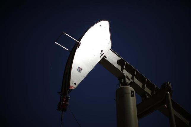 4月10日、米シェール産業の発展に伴って原油市場における供給サイクルが様変わりし、原油需給の見通しにも影響を及ぼしている。写真はポンプジャック。カリフォルニア州で2013年4月撮影(2017年 ロイター/Lucy Nicholson)