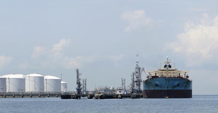 资料图片:2012年4月,新加坡南部Pulau Sebarok岛上石油设施旁停泊的 ''Maersk Phoenix''油轮。REUTERS/Tim Chong