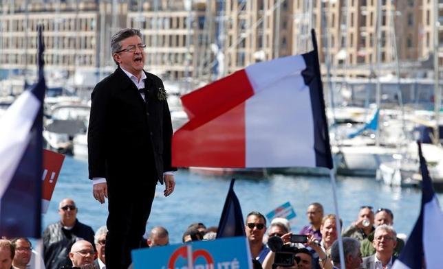 4月11日、英ブックメーカー(賭け業者)ベットフェアによると、フランス大統領選を巡る賭けで急進左派のメランション氏(写真)勝利のオッズが11倍と、前月時点の979倍から急低下した。写真はマルセイユで9日撮影(2017年 ロイター/Jean-Paul Pelissier)