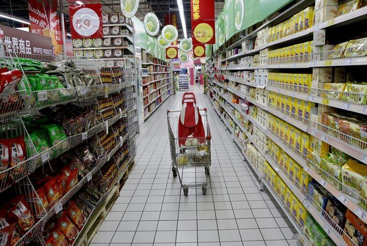 资料图片:2015年11月,中国北京一家超市内。REUTERS/Kim Kyung-Hoon