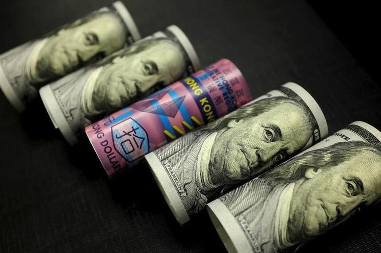 资料图片:2016年1月,美元和港元纸币。REUTERS/Jason Lee