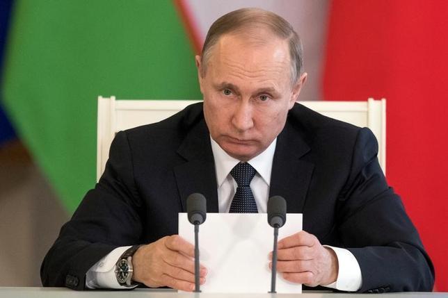 4月12日、ロシアのプーチン大統領(写真)は、テレビ番組のインタビューで、トランプ米大統領の就任以来、米ロ間の信頼関係は悪化しているとの見方を示した。写真はモスクワで5日撮影(2017年 ロイター/Pavel Golovkin)