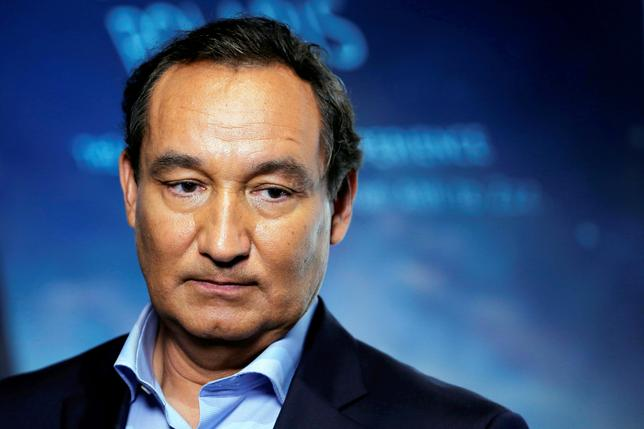 FILE PHOTO: Chief Executive Officer of United Airlines Oscar Munoz introduces a new international business class dubbed United Polaris in New York, U.S. June 2, 2016. REUTERS/Lucas Jackson/File Photo
