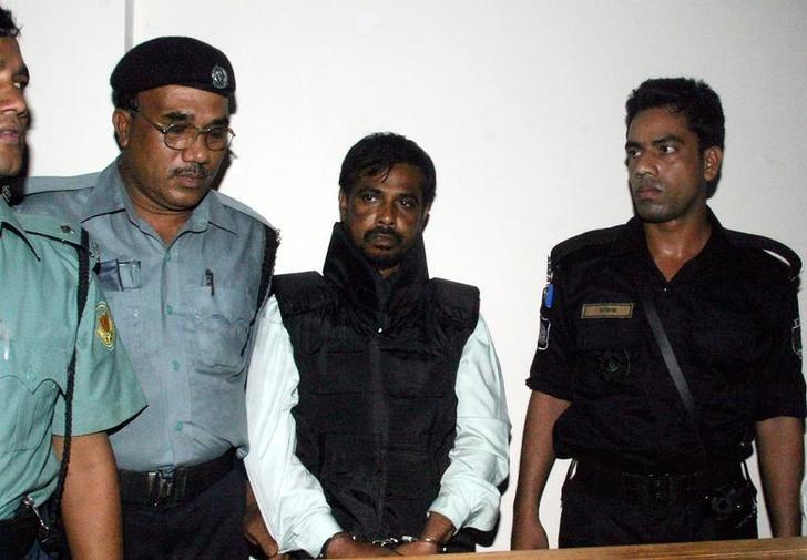 Police guard Mufti Abdul Hannan (2nd R), alleged leader of the Bangladesh chapter of the Islamist militant group Harkatul Jihad, outside a court in Dhaka October 2, 2005. Hannan was arrested at a hideout in Dhaka. REUTERS/Rafiqur Rahman/Files