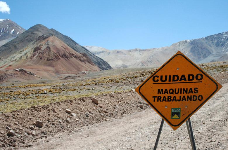 FILE PHOTO: A traffic sign is seen near Barrick Gold Corp.'s Veladero gold mine, on the Argentine side of the border district between Chile's Huasco province and Argentina's San Juan province, a few kilometers from the site for the Pascua Lama gold project, some 834 km (518 miles) northeast of Santiago, Chile, February 28, 2007.  REUTERS/Pav Jordan/File Photo