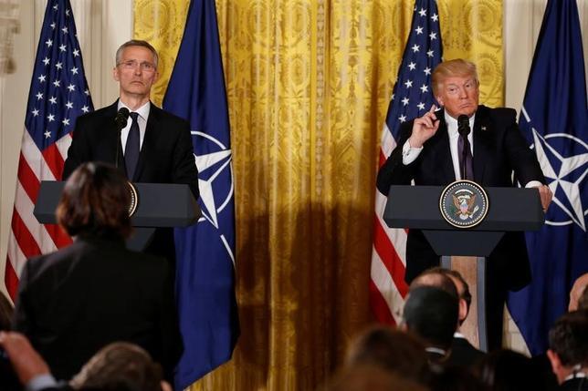 4月12日、トランプ米大統領(写真右)は、米国は必要な場合には、中国の協力なしに北朝鮮を巡る危機に対応する用意があるとの考えを示した。(2017年 ロイター/Jonathan Ernst)