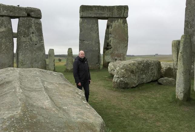 4月11日、英ハダーズフィールド大学の研究チームが、イギリス南部ウィルシャー州にある先史時代の巨石遺跡「ストーンヘンジ」で5000年前から聞こえていた音の反響を聞くことのできるアプリを開発した。実際に現地を散策しながら使う仕組みで、完成に8年を要したという。写真は2月撮影で、研究を率いるルパート・ティル博士(2017年 ロイター/Matthew Stock)