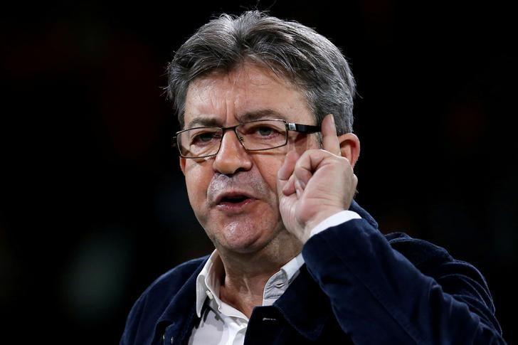 资料图片:2017年3月26日,法国极左派政治老将梅朗雄(Jean-Luc Melenchon)在雷恩举行的政治集会现场发表讲话。REUTERS/Stephane Mahe