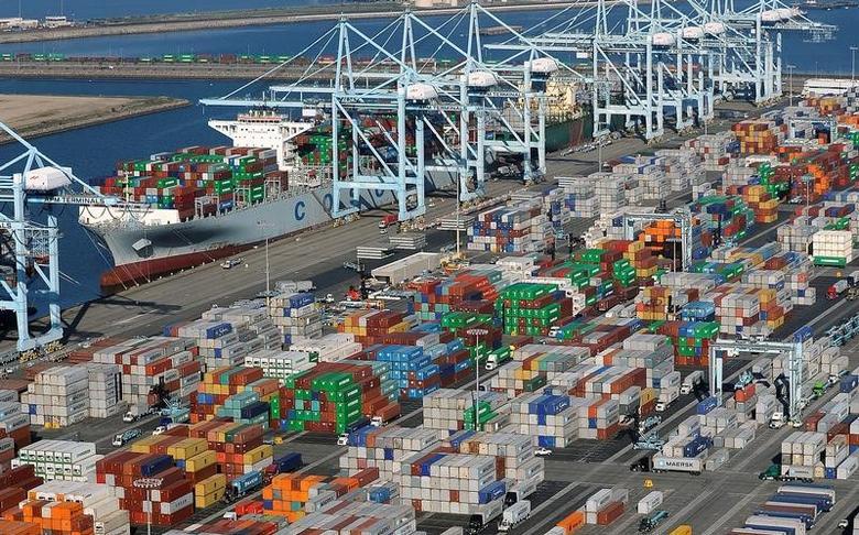 资料图片:2015年2月,美国加州洛杉矶和长滩码头的集装箱。REUTERS/Bob Riha, Jr.