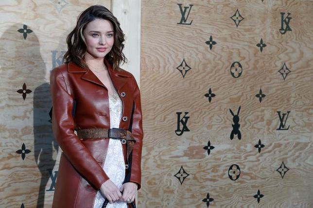 4月11日、フランスの高級ブランド、ルイ・ヴィトンが、革製品アクセサリーの新コレクション発売を記念し、ルーブル美術館でディナーパーティーを開催、モデルのミランダ・カーら多くのセレブリティが出席した(2017年 ロイター/Gonzalo Fuentes)