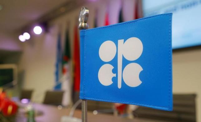 4月11日、石油輸出国機構(OPEC)が主導した減産合意が、世界的な原油・石油製品の過剰在庫解消へと少しずつ実を結びつつあるようだ。写真はOPECの旗。ウィーンの本部で昨年12月撮影(2017年 ロイター/Heinz-Peter Bader)