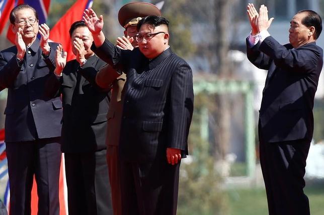 4月13日、北朝鮮当局者が同国で取材中の外国人記者団に伝えた「大規模かつ重要なイベント」は、平壌に新たに整備された街路の開設であることが分かった。街路の開設式には金正恩朝鮮労働党委員長(写真中央)も出席した。平壌で撮影(2017年 ロイター/Damir Sagolj)