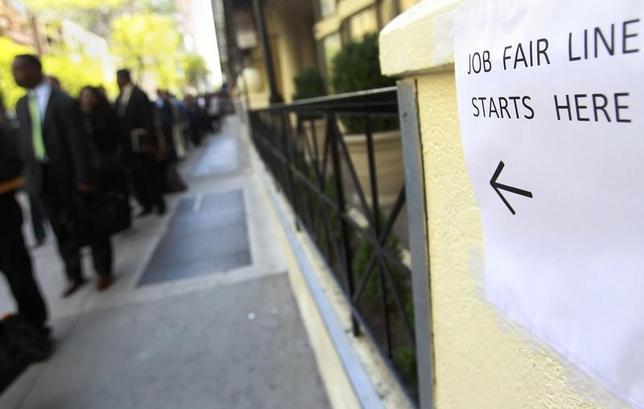 4月13日、米新規失業保険申請件数が23万4000件に改善した。写真はニューヨークの就職フェア会場付近で2012年4月撮影(2017年 ロイター/Shannon Stapleton)