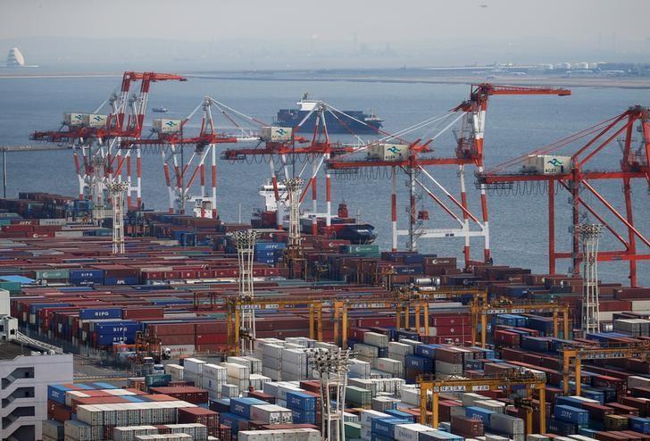 资料图片:2017年3月,日本东京港口的集装箱码头。REUTERS/Issei Kato