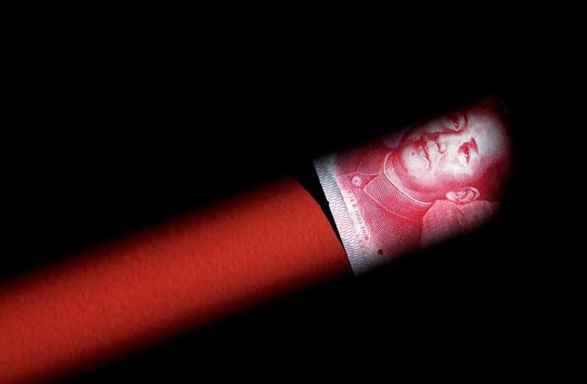 4月13日、中国当局が投機抑制のために短期金利を高めに誘導し、資金吸収に動く中、市場参加者の間で疑心暗鬼が広がっている。写真は人民元紙幣。北京で2011年3月撮影(2017年 ロイター/David Gray)