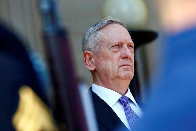4月13日、米国防総省は、北朝鮮への先制攻撃に関するNBCの報道に対してコメントを拒否し、将来の作戦について協議したり「可能性のあるシナリオについて公的に憶測を述べること」はポリシーとして行わないと述べた。写真はジェームス・マチス国防省長官。アーリントン国防省で撮影(2017年 ロイター/Eric Thayer)