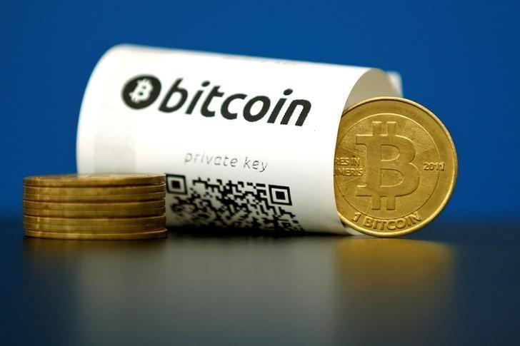 资料图片:印有QR二维码的比特币钱包和模型。REUTERS/Benoit Tessier