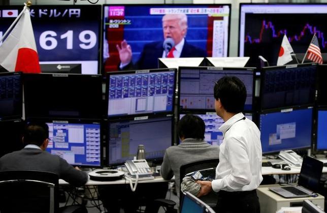 4月14日、来週の外為市場では、投資家がリスク回避的な行動を強める結果、円高バイアスが掛りやすい。米露・米中関係の緊張や、北朝鮮を巡るテールリスクなど、地政学的リスクが強く意識される。写真は都内の為替トレーディングルームで1月撮影(2017年 ロイター/Toru Hanai)