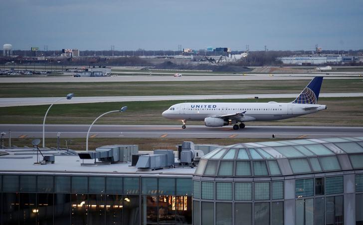 FILE PHOTO: A United Airline Airbus A320 aircraft lands at O'Hare International Airport in Chicago, Illinois, U.S., April 11, 2017.  REUTERS/Kamil Krzaczynski/File Photo