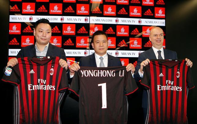 4月14日、サッカーのイタリア・セリエA、ACミランを買収した中国投資家グループは今後、スタジアムへの投資を行うという。新CEOに就任したマルコ・ファッソーネ氏(右)が明かした(2017年 ロイター/Alessandro Garofalo)