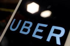 Uber Technologies, le géant américain des services de voitures de tourisme avec chauffeur (VTC), a annoncé vendredi un chiffre d'affaires de 6,5 milliards de dollars (6,1 milliards d'euros) au titre de 2016 ainsi qu'un doublement de ses réservations brutes, à 20 milliards. /Photo prise le 13 avril 2017/REUTERS/Tyrone Siu