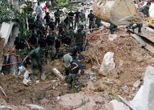 جنود من الجيش يبحثون عن مفقودين جراء انيهرا مكب للنفايات في كولومبو بسريلانكا يوم السبت. تصوير: دينوكا لياناواتي - رويترز