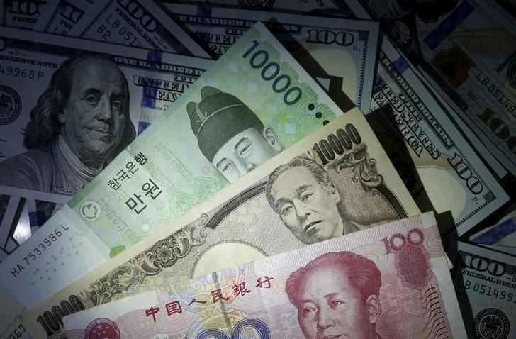 资料图片:2015年12月,美元、人民币、日圆和韩元。REUTERS/Kim Hong-Ji