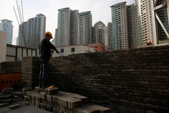 4月17日、中国国家統計局は、不動産の投機抑制策の効果が4月以降に出る可能性が高いとの見通しを示した。写真は上海の建設現場で働くさぎょういん。3月撮影(2017年 ロイター/Aly Song)