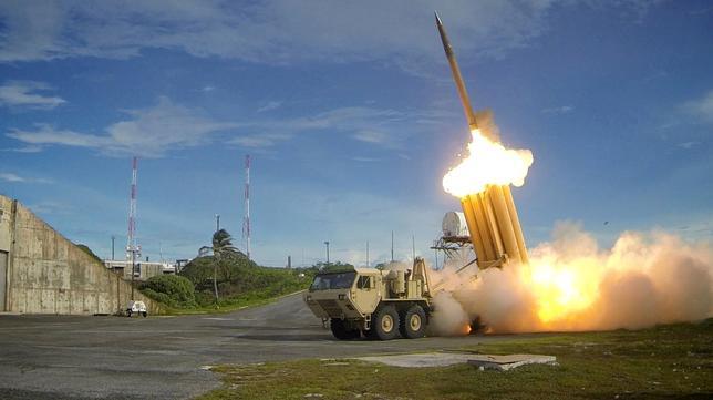 4月17日、中国政府は、韓国に米軍の新型迎撃ミサイルTHAAD(サード)を配備する計画を巡って、反対姿勢をあらためて表明した。中国外務省のスポークスマンが定例記者会見で述べた。写真は最新鋭迎撃システム「高高度防衛ミサイル(THAAD)のテスト発射の模様。米国防省提供写真(2017年 ロイター)