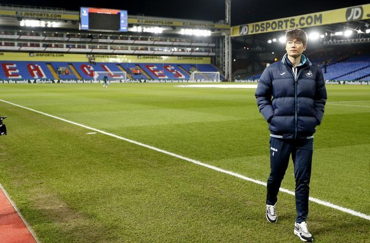 Britain Football Soccer - Crystal Palace v Swansea City - Premier League - Selhurst Park - 3/1/17 Swansea's Ki Sung-yueng before the match  Action Images via Reuters / John Sibley Livepic