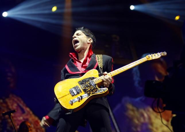 U.S. musician Prince performs on stage at Yas Arena in Yas Island, Abu Dhabi November 14, 2010. The performance is part of three consecutive days of after-race concerts of the Abu Dhabi F1 Grand Prix. REUTERS/Jumana El-Heloueh