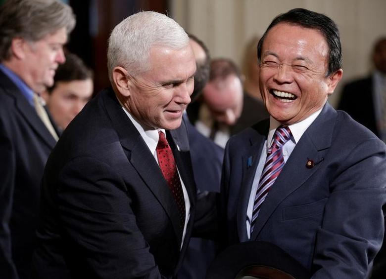 资料图片:2017年2月,美副总统彭斯和日财相麻生在白宫会面寒暄。REUTERS/Joshua Roberts