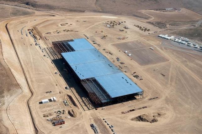 4月17日、米電気自動車(EV)メーカー大手テスラは、米ネバダ州にあるリチウムイオン電池生産工場「ギガファクトリー」で、危険性物質が流出したと明らかにした。写真は2015年5月撮影(2017年 ロイター/James Glover)